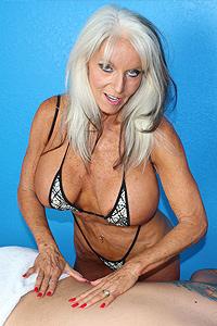 Rauchen heiße Claudia Valentine ruft Ihre süße muschi schlug mit Befugnisse